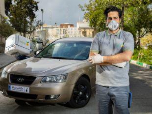 کارشناس در حال بررسی فنی خودرو